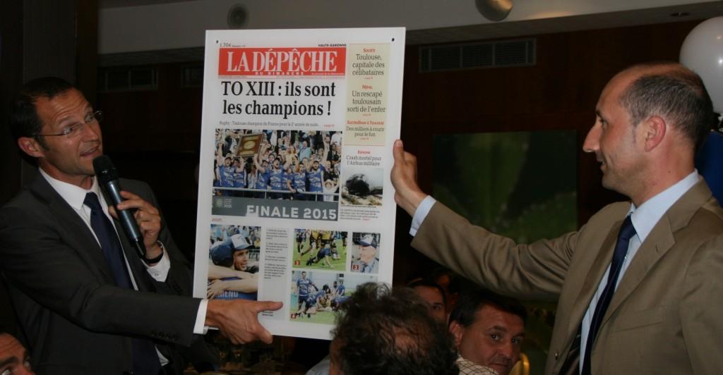 Frédéric TOURAILLE et Eric LAFFONT-BAYLET présente leur cadeau au Président SARRAZAIN - Crédit photo Franck GAUBENS